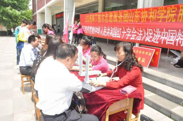 队在餐厅前广场举行急救知识宣传活动